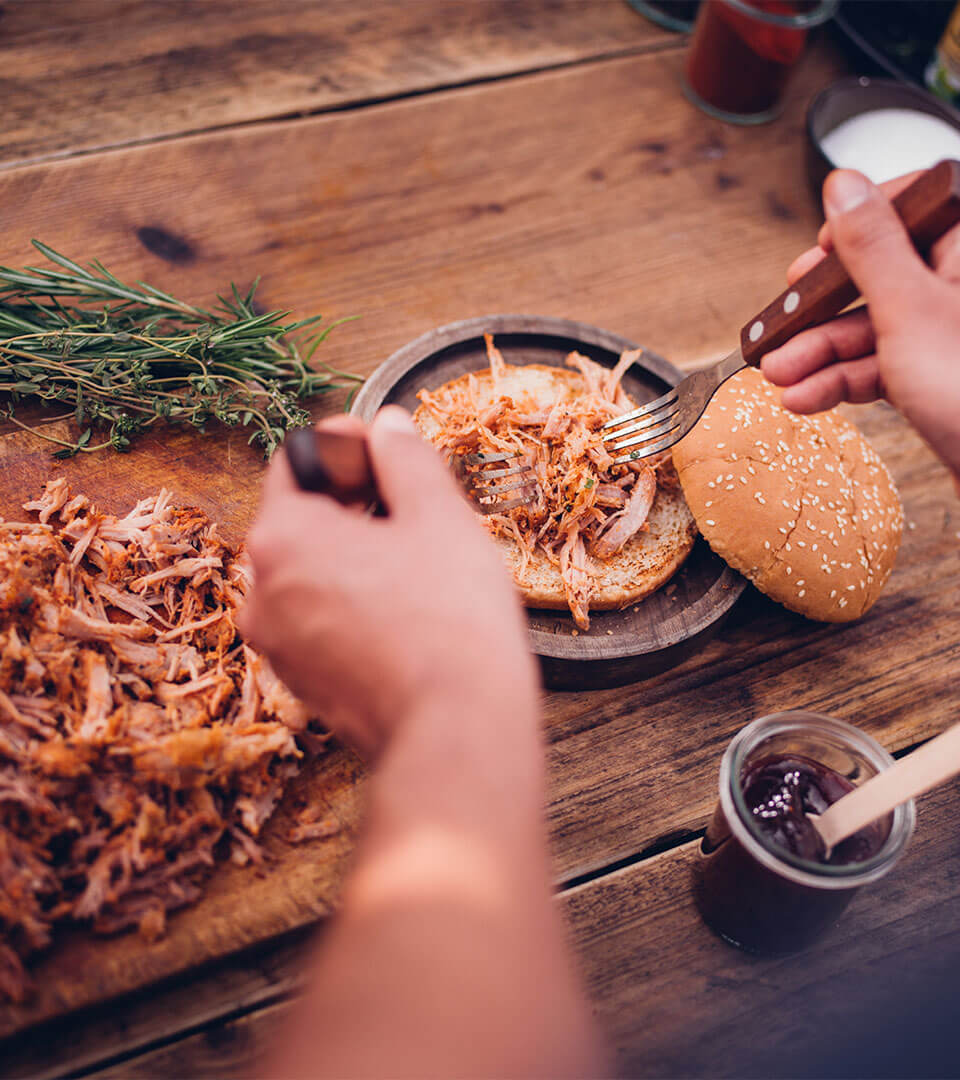Pulled Pork Burger zusammenstellen